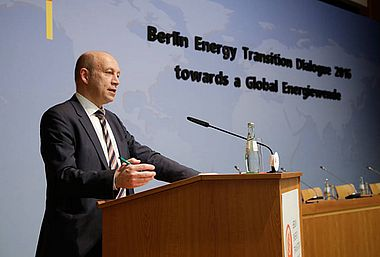"dena-Chef Andreas Kuhlmann bei der Diskussionsrunde ""Energy Transition in Buildings"""