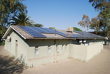 Die Photovoltaik-Anlage samt Batteriesystem auf dem Gästehaus der Namibia University of Science and Technology (NUST)